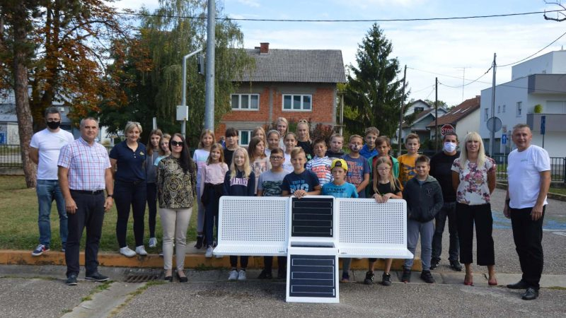 Učenici Kvaternika prvi na velikogoričkom području dobili solarnu klupu